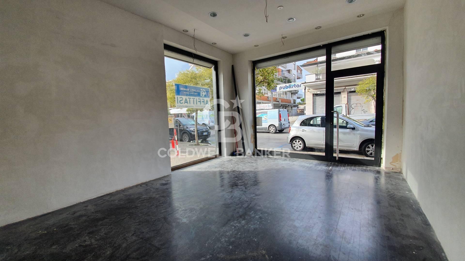 Negozio / Locale in affitto a Pomezia, 9999 locali, zona Località: Centro, prezzo € 2.000   CambioCasa.it