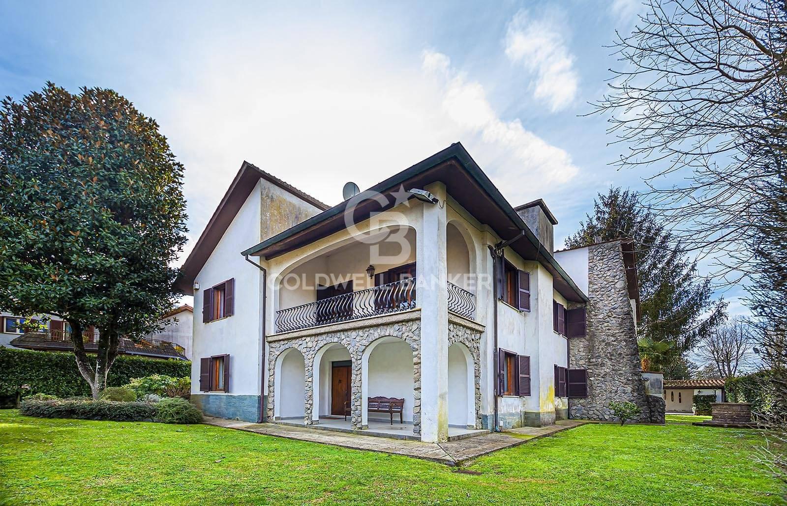 Villa in vendita a Ronciglione, 13 locali, zona Località: LagodiVico, prezzo € 300.000 | CambioCasa.it
