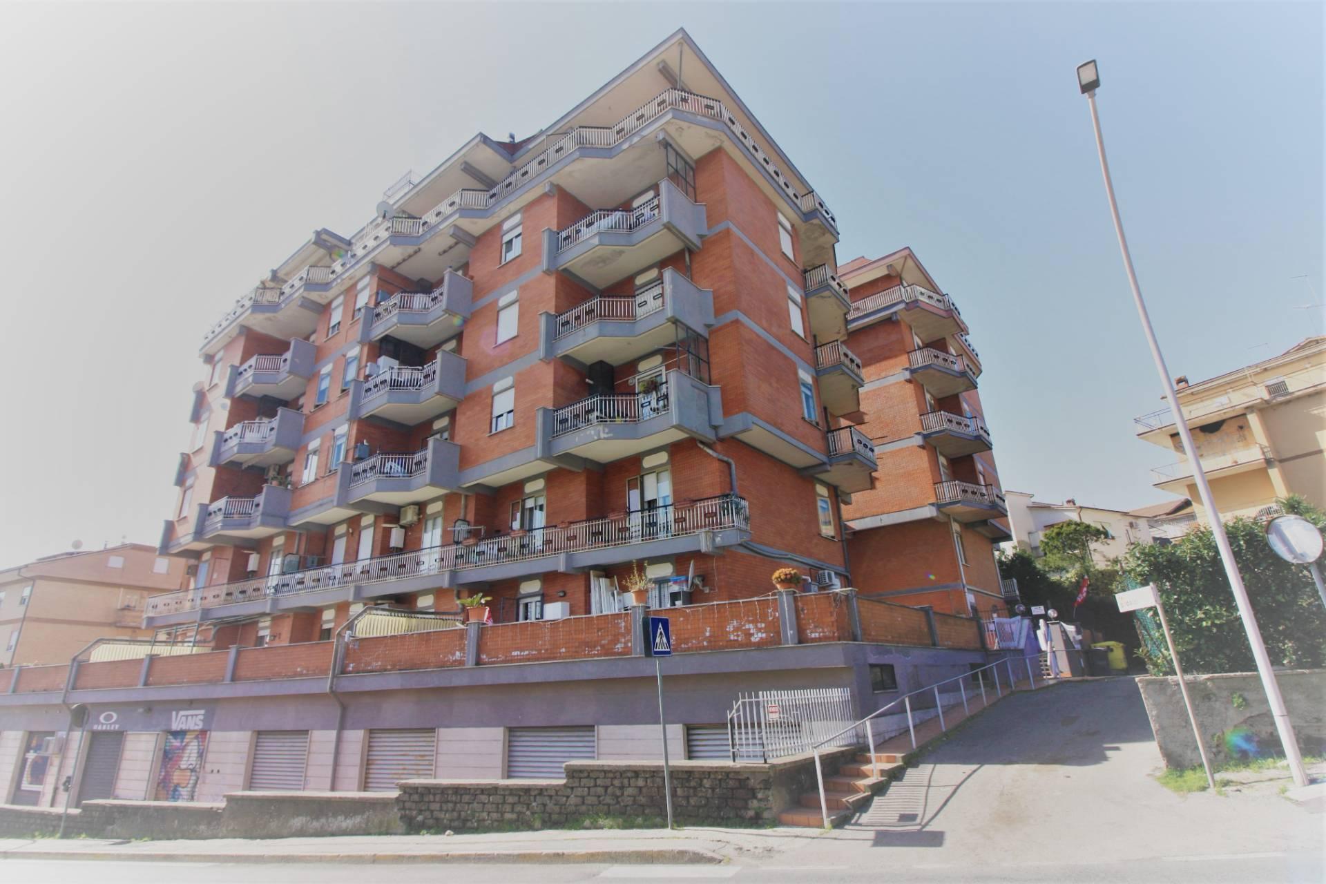 Appartamento in vendita a Ronciglione, 7 locali, zona Località: semi-centrale, prezzo € 92.000 | CambioCasa.it