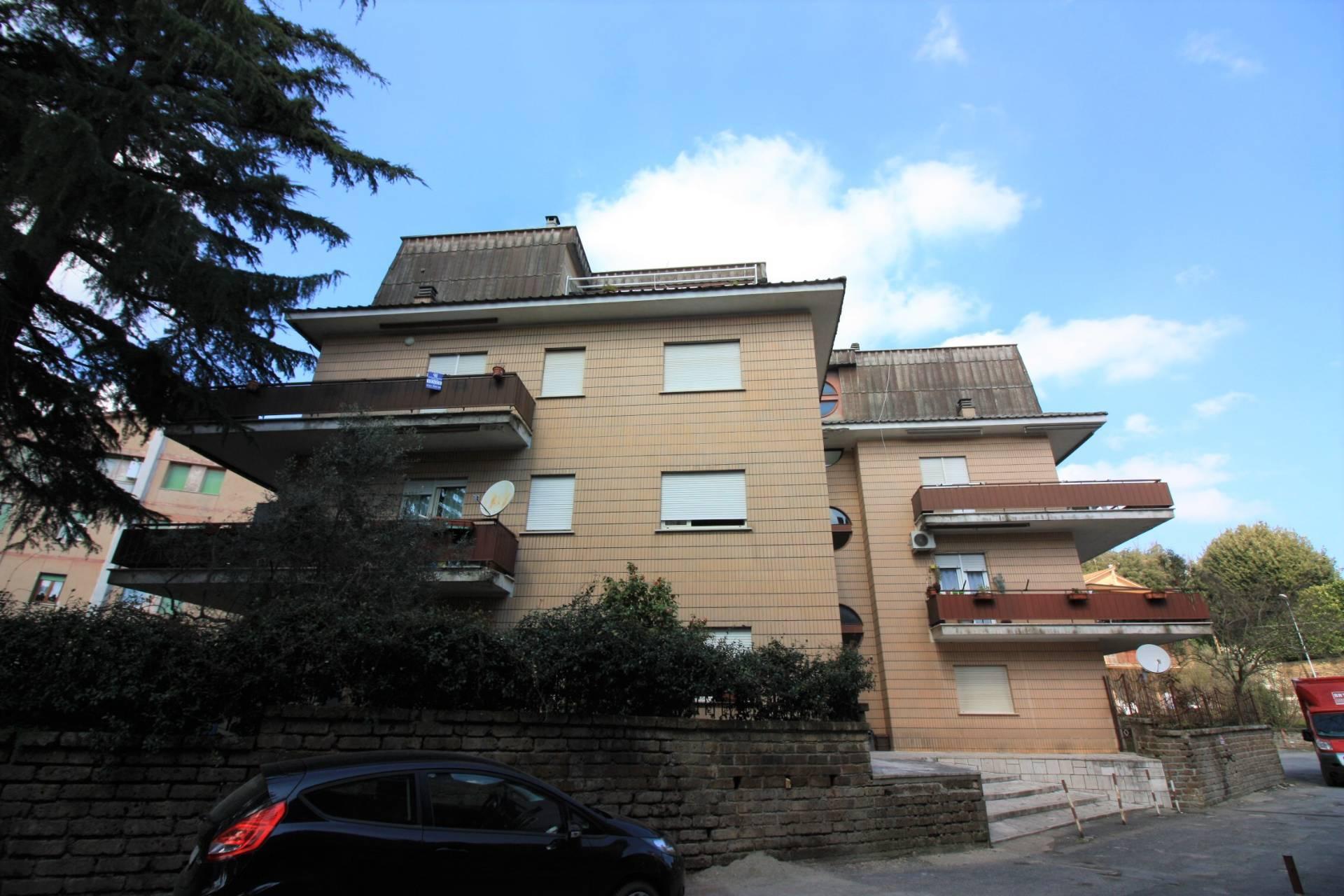 Appartamento in vendita a Ronciglione, 5 locali, zona Località: semi-centrale, prezzo € 75.000 | CambioCasa.it