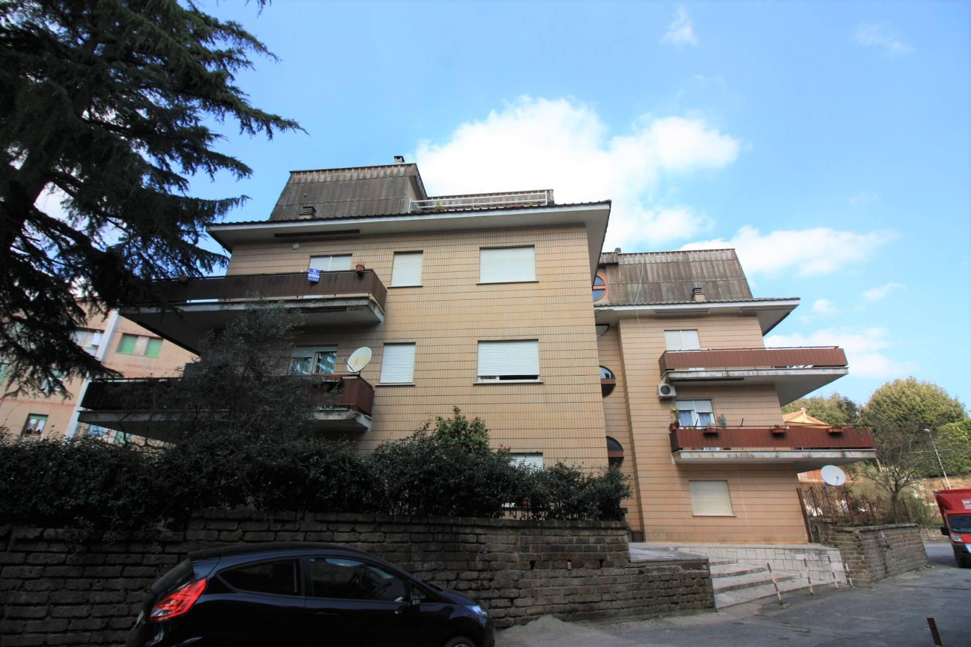 Appartamento in vendita a Ronciglione, 5 locali, zona Località: semi-centrale, prezzo € 78.000 | CambioCasa.it