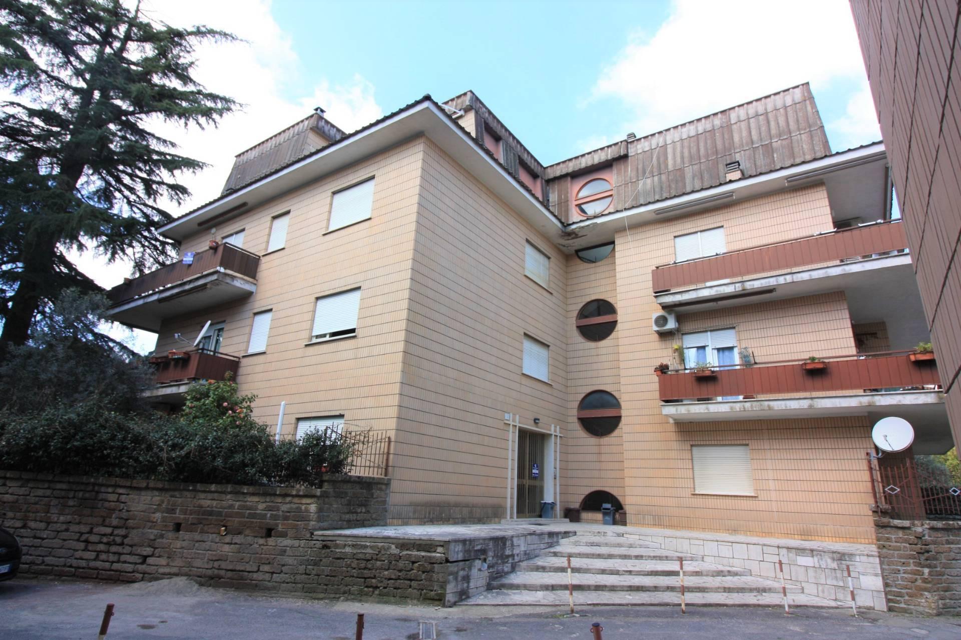 Appartamento in vendita a Ronciglione, 5 locali, zona Località: semi-centrale, prezzo € 78.000   CambioCasa.it