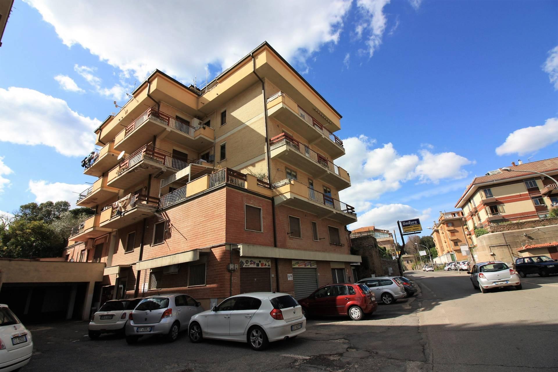 Appartamento in vendita a Ronciglione, 6 locali, zona Località: semi-centrale, prezzo € 99.000 | CambioCasa.it