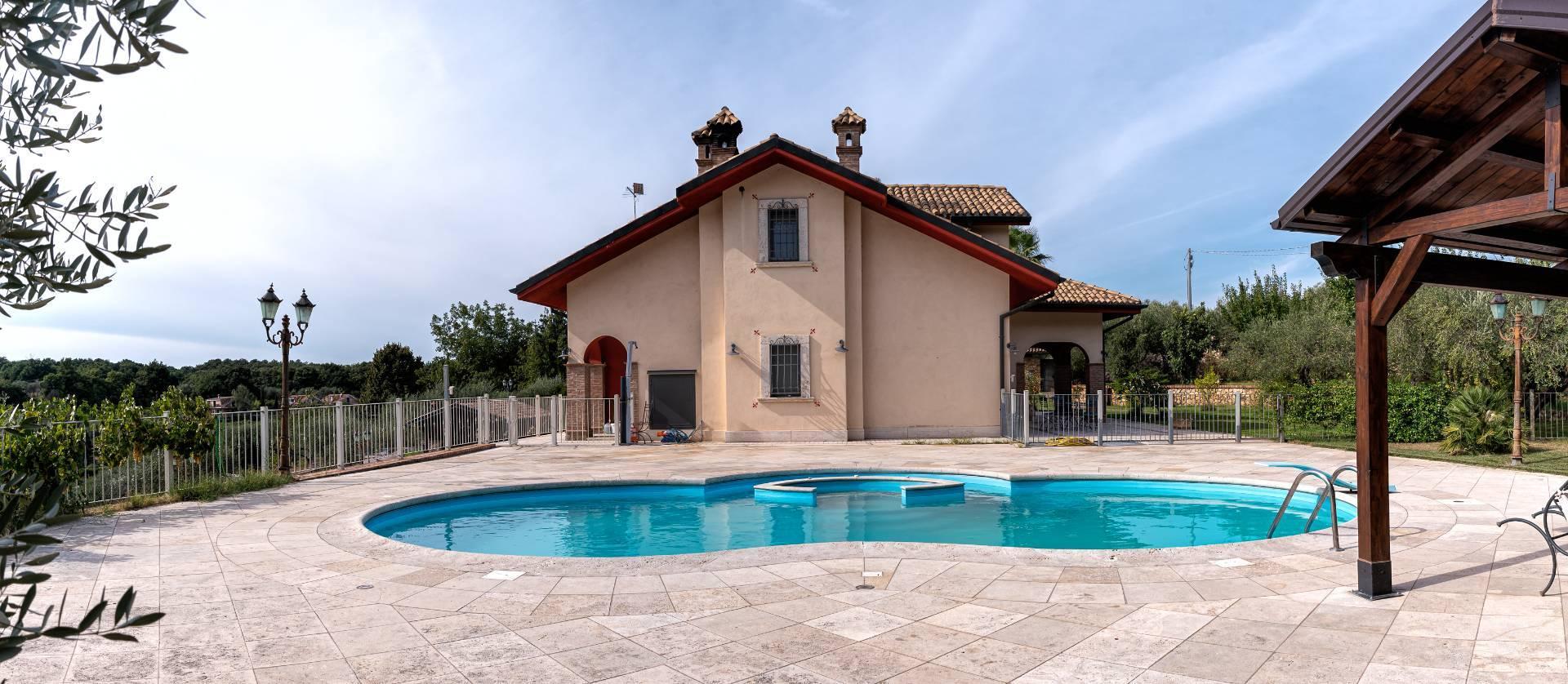 Villa in vendita a Sant'Angelo Romano, 10 locali, prezzo € 850.000 | CambioCasa.it