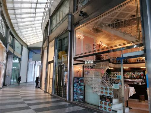 Vai alla scheda: Negozio Affitto - Milano (MI) - MLS CBI084-1015-Negozio 2 piani Passarella