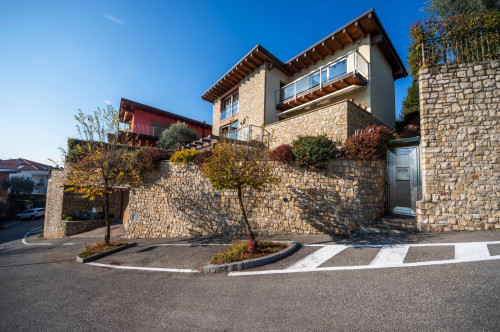 Villa in Vendita a Nembro