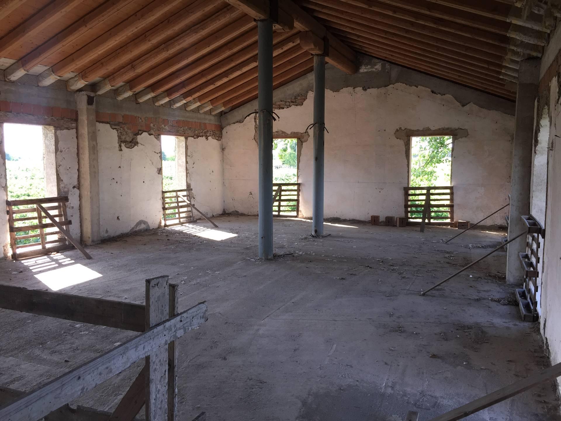 Rustico / Casale in vendita a Salgareda, 15 locali, prezzo € 157.000 | CambioCasa.it