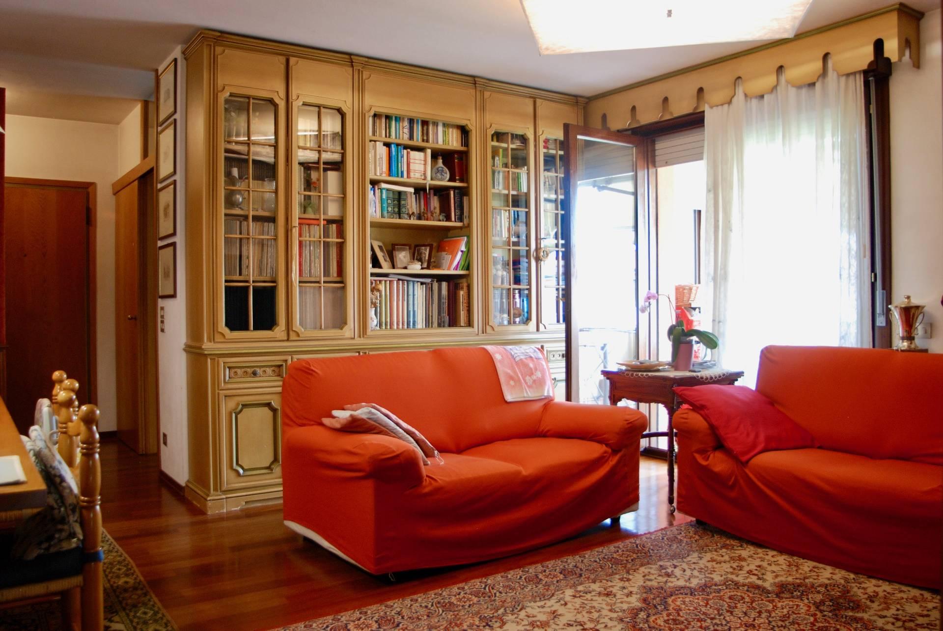 Appartamento in vendita a Spresiano, 7 locali, zona Località: Centro, prezzo € 140.000 | CambioCasa.it