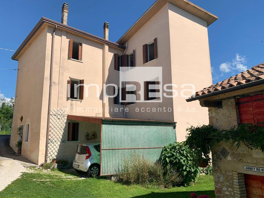 Soluzione Indipendente in vendita a Vittorio Veneto, 10 locali, zona Zona: Carpesica, prezzo € 107.000   CambioCasa.it